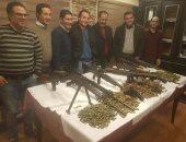 ضباط المباحث الأسلحة المضبوطة