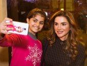 الملكة رانيا مع إحدى الأطفال