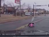 طفل يسقط من سيارة فى روسيا