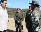 رئيس فنزويلا وسط عدد من جنرالات الجيش