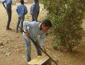 التلاميذ اثناء تنظيف الفناء