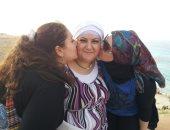 فاطمة واختها مع والدتها