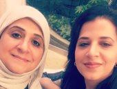 الكاتبة الكويتية بثينة العيسى مع والدتها