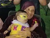 الحاجة أم ياسمين مع حفيدها