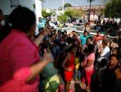 احتشاد المئات على الحدود بين أمريكا والمكسيك