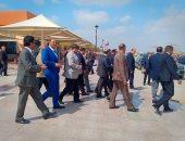 وزير الطيران يتفقد اللجان الانتخابية بمطار القاهرة