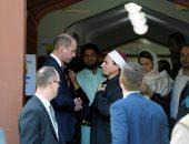 الأمير ويليام يصافح إمام المسجد
