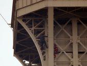 شاب يتسلق برج إيفل