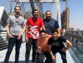 صورة تذكارية لمجموعة شباب على كوبرى تحيا مصر