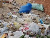 القمامة أمام سور المنزل