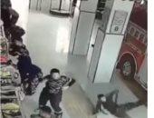 سقوط رجال الاطفاء على الأرض