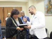 زياد يوسف يهدي وزيرة الثقافة مخطوطته للدكتوراه