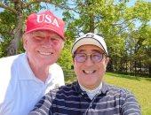 ترامب ورئيس وزراء اليابان يلعبان الجولف