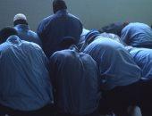 سجناء مسلمون خلال الصلاة فى أحد السجون