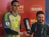 حارس باراجواى يتسلم جائزة افضل لاعب