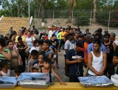 مجموعة من طالبى اللجوء بالمكسيك داخل مخيم مؤقت للهجرة