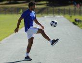 حسام غالى يداعب الكرة على هامش مران الجونة