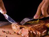 اكل اللحوم - صورة أرشيفية
