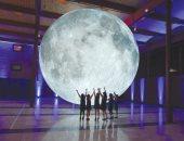 تمثال عملاق للقمر بمعرض كندى