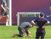 ميسي يربط حذائه إستعداداً لخوض مران برشلونة