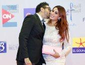 أحمد الفيشاوى وزوجته يتبادلان القبلات فى مهرجان الجونة