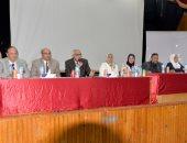 رئيس جامعة المنصورة ونائبه يشرحون طبيعة الدراسة والأنشطة للطلاب
