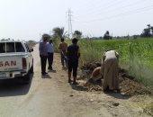 جانب من الحفر لتركيب أعمدة الكهرباء بطريق قرية العشي
