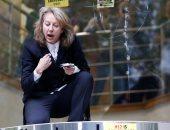 الناشطة جيل برادبروك اعلى بوابة وزارة النقل البريطانية