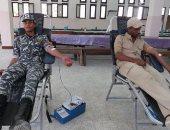 جانب من رجال الشرطة يتبرعون بالدم