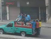 الطلاب أعلى سطح السيارة