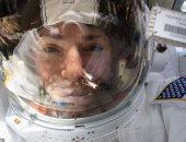 رائدة ناسا خلال أو رحلة سير نسائية فى الفضاء