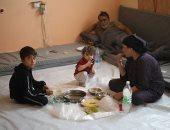 أسرة سورية هاربة من العدوان التركى