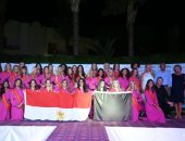 المتسابقات يرفعن علم مصر