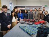 الأمير تشارلز مع العاملين فى مجموعة الأزياء الجديدة