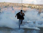 متظاهر فلسطينى يهرب من الغاز المسيل للدموع
