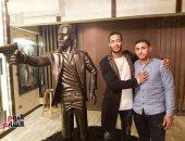 شاب ينحت تمثالاً لمحمد رمضان