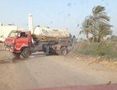 سيارات بإلقاء مياه الصرف الصحى بترعة