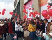 زوار معرض الكتاب يرفعون البالونات