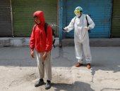 متطوع يطهر مواطن بكابول