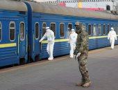 أعضاء حرس حدود الأوكرانيين يستقبلون القطار