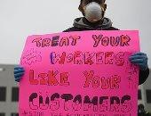 لافتات ضد الشركة