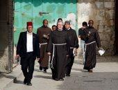 الرهبان يسيرون فى طريق الآلام بالقدس