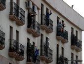 الاسبان يحييون الأطباء فى مواجهة كورونا