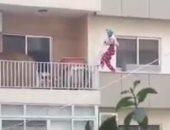 العاملة تتسلق شرفات المنازل