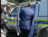 العريس يساعد عروسته لدخول سيارة الشرطة