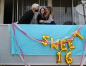 الاحتفال بعيد ميلاد فتاة من شرفة منزلها