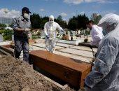 دفن جثمان أحد ضحايا كورونا بمقابر فى إسبانيا