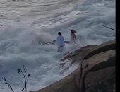 الأمواج تحاصر العروسين