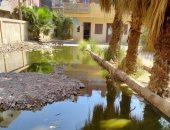 مياه الصرف الصحى تحيط بالوحدة الصحية من الداخل