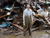 أحد اليابانيين وسط حطام المنازل